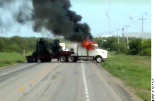 Por un enfrentamiento entre agentes federales y un grupo delictivo, un tramo carretero de la vía San Fernando-Reynosa fue bloqueado con un tractocamión incendiado desde las 10:42 horas, por lo que la circulación vial fue suspendida.