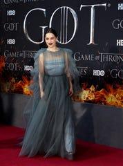 La actriz Emilia Clarke posa en la alfombra roja del estreno de la octava y última temporada de Juego de tronos en el Radio City Music Hall de Nueva York (EE.UU.).