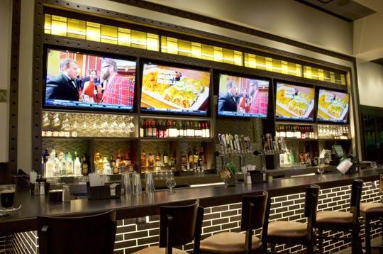 The bar area at Bennigan's.