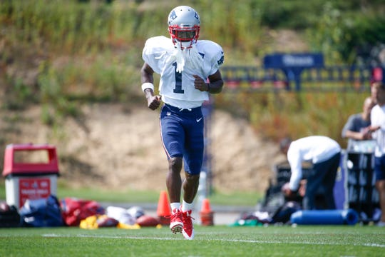 New England Patriots wide receiver Antonio Brown warms up during practice at Gillette Stadium.