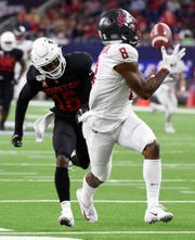 Washington State receiver Easop Winston Jr. (8) catches a touchdown pass past Houston cornerback Ka'Darian Smith during the first half on Friday.
