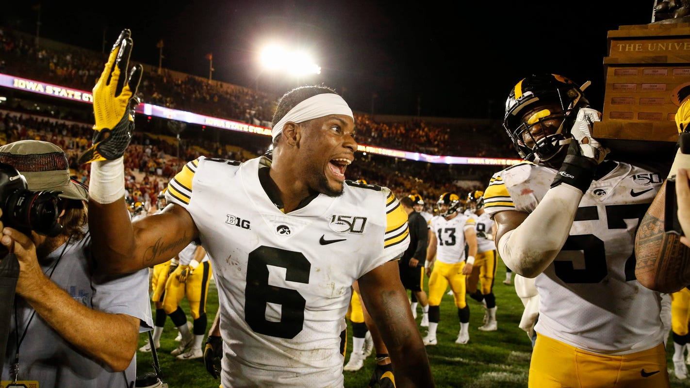 Leistikow: Inside Iowa's locker room during lightning delays, before Cy-Hawk win
