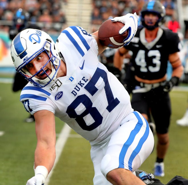 Duke tight end Noah Gray (87) runs the ball during a 2019 game against Middle Tennessee State.