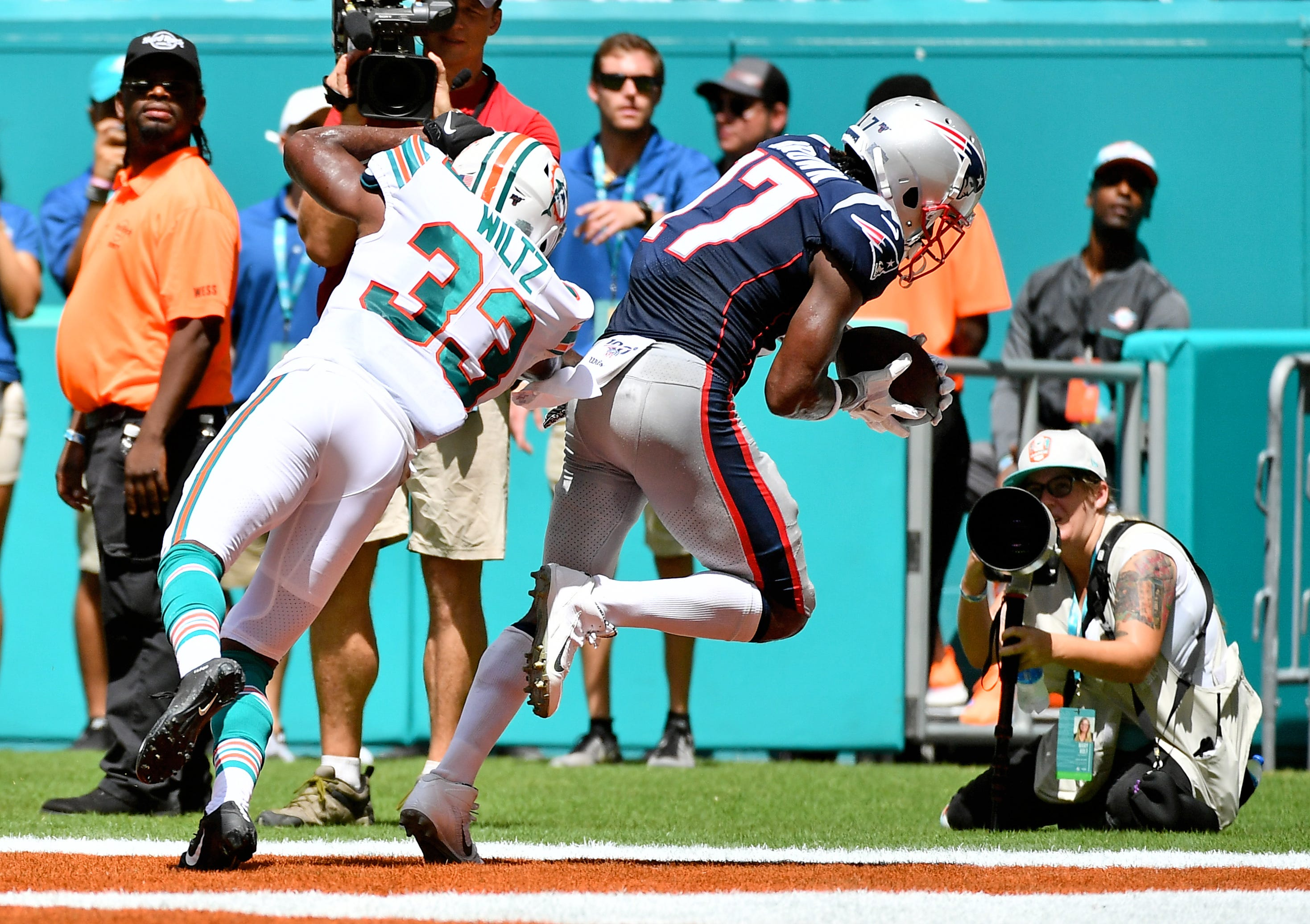 Antonio Brown live updates: Patriots wide receiver scores in debut vs. Dolphins thumbnail
