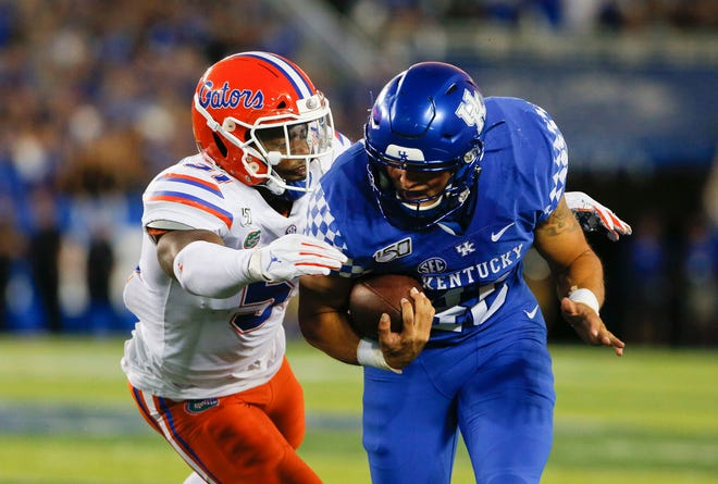 Kentucky Wildcats tight end Drew Schnegel runs with the ball against the Florida Gators.
