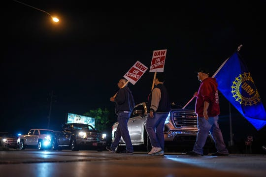 UAW members block traffic from entering Flint 