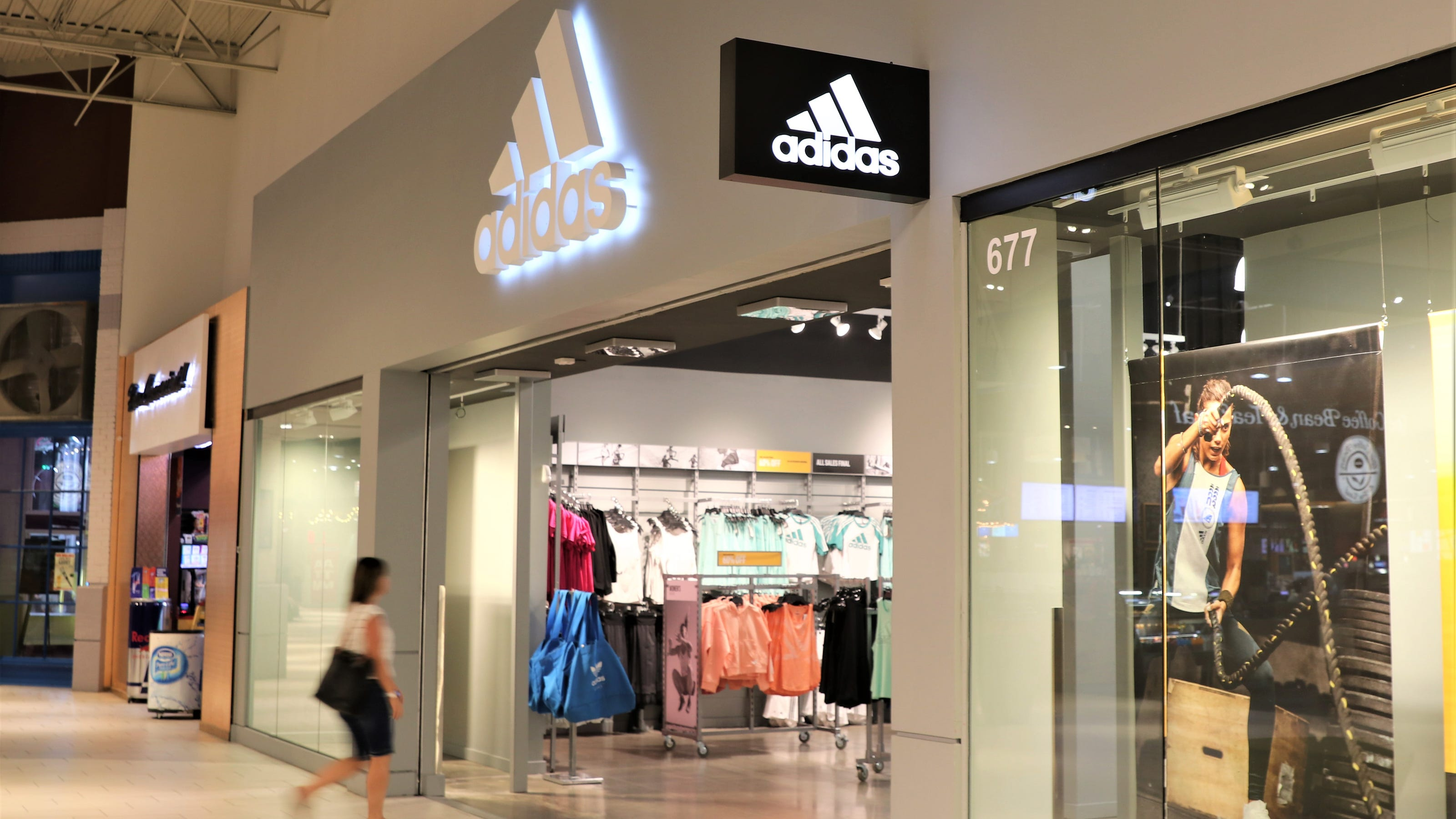 Se convierte en Factor malo interior  Adidas adds clearance store at Arizona Mills in Tempe