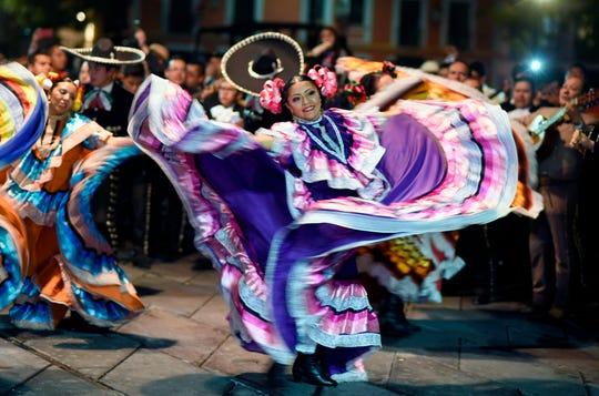Mariachi y danzas folclóricas no pudieron faltar en el Zócalo en la noche de festejos.