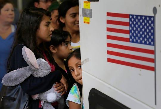 Inmigrantes aguardan por audiencia.