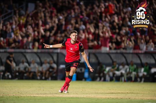 Ben Spencer delantero de Rising celebra su gol en la victoria 4-1 sobre LA Galaxy.