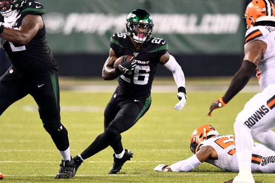 New York Jets running back Le'Veon Bell (26) rushes against the Cleveland Browns. The New York Jets face the Cleveland Browns in NFL Week 2 on Monday, Sept. 16, 2019, in East Rutherford.