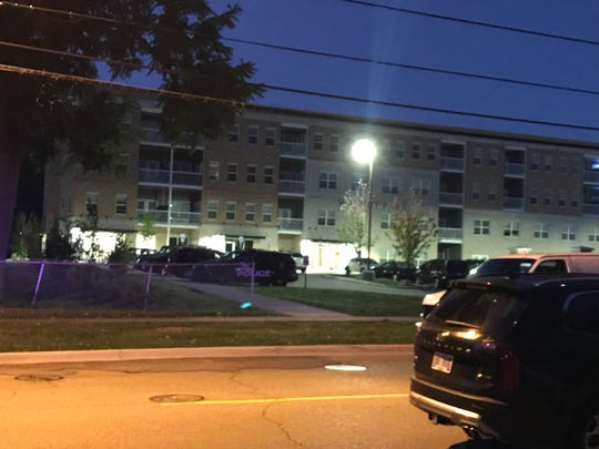 Lansing police surrounded an apartment complex in Lansing Wednesday morning to bring armed robbery suspects into custody.