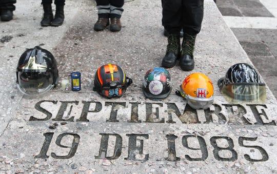 Rescatistas participan en una misa durante la conmemoración el aniversario de los sismos ocurridos en México, cuando se cumplen 34 años del sismo del 19 de septiembre de 1985 y dos años del de 2017, este jueves en Ciudad de México (México).
