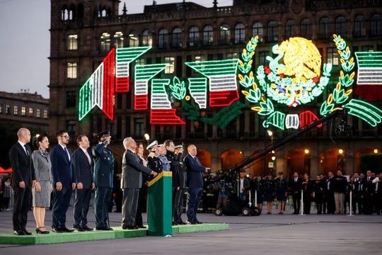 El presidente de México, Andrés Manuel López Obrador (6-i), participa, junto a parte de su gabinete, del aniversario de los sismos ocurridos en México, este jueves en el Centro Histórico de la Ciudad de México (México).