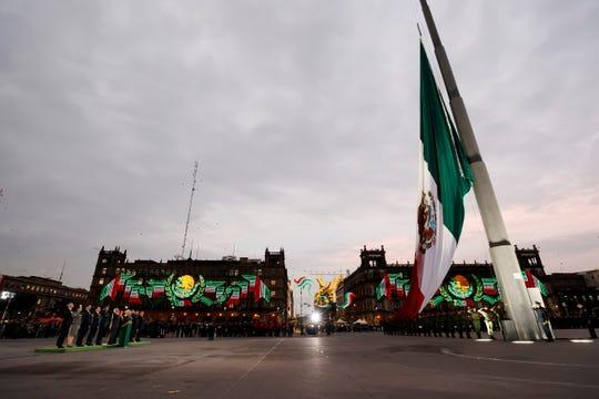 El presidente de México, Andrés Manuel López Obrador y parte de su gabinete (i), participan del aniversario de los sismos ocurridos en México, este jueves en el Centro Histórico de la Ciudad de México (México).