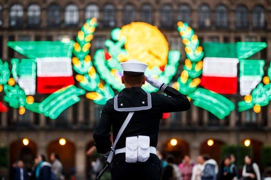 Agentes del Ejército mexicano participan del aniversario de los sismos ocurridos en México, este jueves en el Centro Histórico de la Ciudad de México (México).