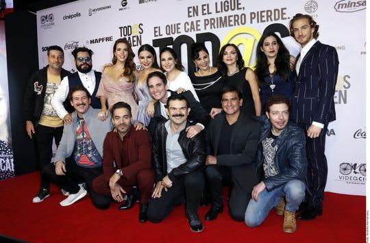 El elenco de 'Tod@s Caen' convivió con los fans que acudieron a la premier de la cinta, que se estrena el viernes en México.
