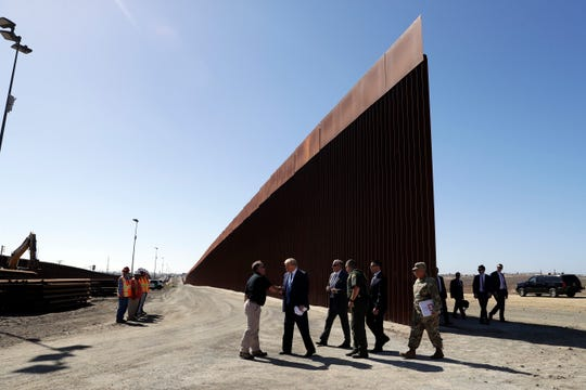 El presidente Donald Trump durante su visita al muro en California.