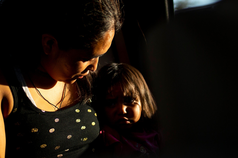 MESA, Ariz.  – Leydi González, 29, lleva en brazos a su hija, Adriana Escalante González, 2, camino al Aeropuerto Internacional Sky Harbor el 25 de junio del 2019.