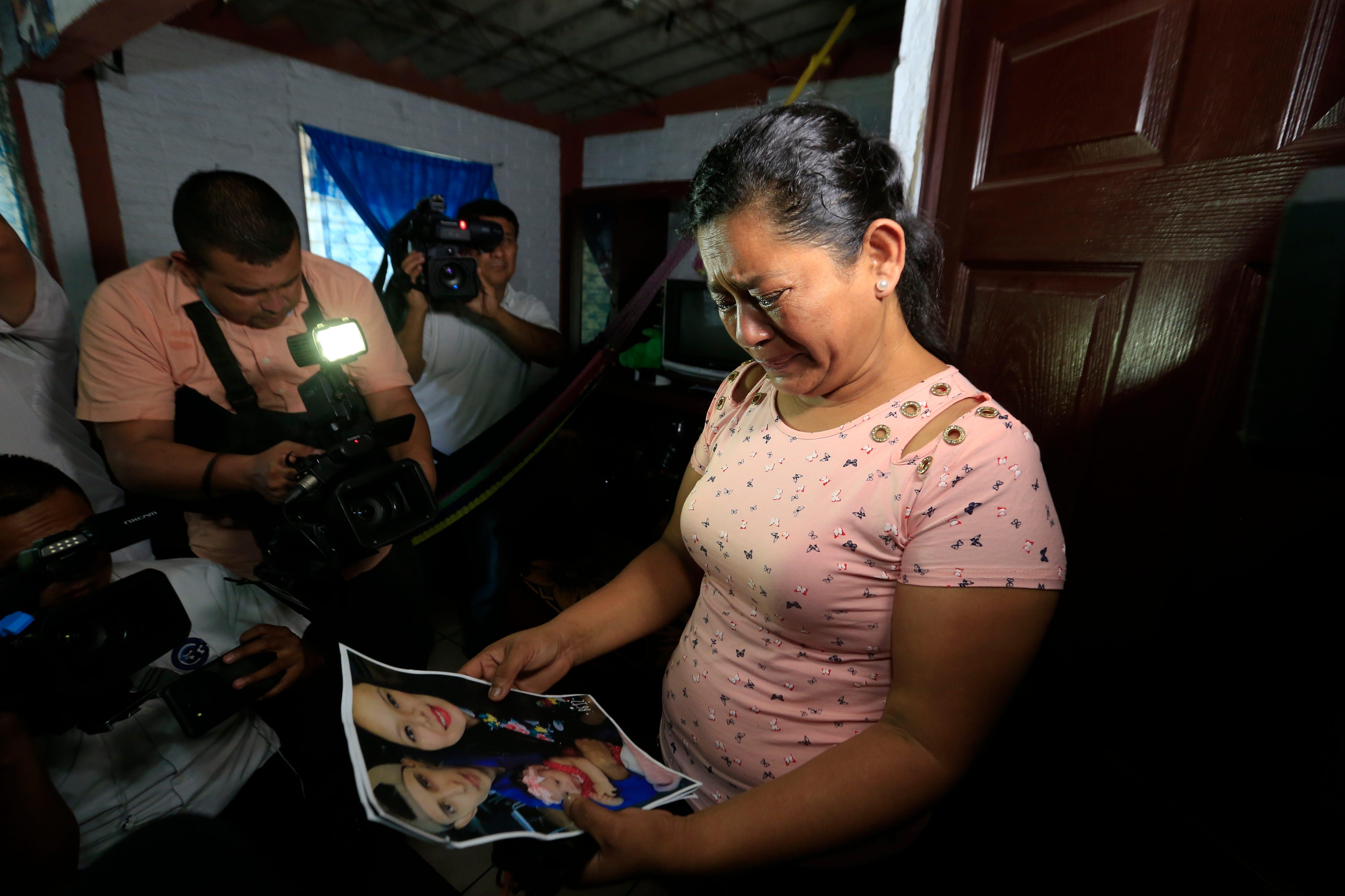 SAN MARTÍN, El Salvador  – Rosa Ramírez llora al ver una foto sacada de las redes sociales de su hijo Óscar Alberto Martínez Ramírez, 25, su nineta Valeria, de casi 2 años, y su nuera Tania Vanessa Avalos, 21, mientras habla con periodistas en su casa el 25 de junio del 2019.