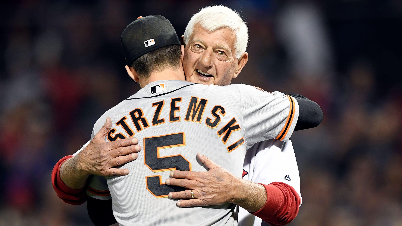pretty nice d50ee 07952 Red Sox legend Carl Yastrzemski throws first pitch to ...
