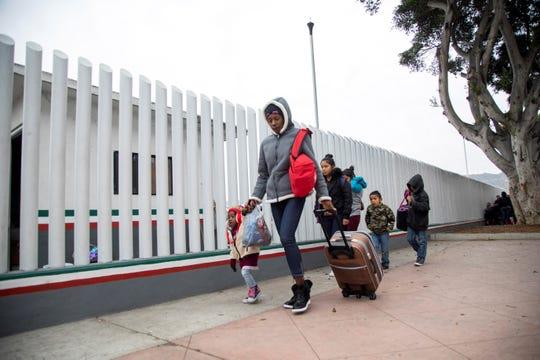 Un grupo de migrantes llega para solicitar la visa humanitaria, a la oficina fronteriza estadounidense de El Chaparral, en Tijuana
