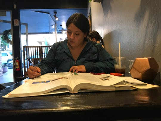 Stephanie Jiménez, estudiante de Hartnell College, estudia en The Beerded Bean el 17 de septiembre de 2019.