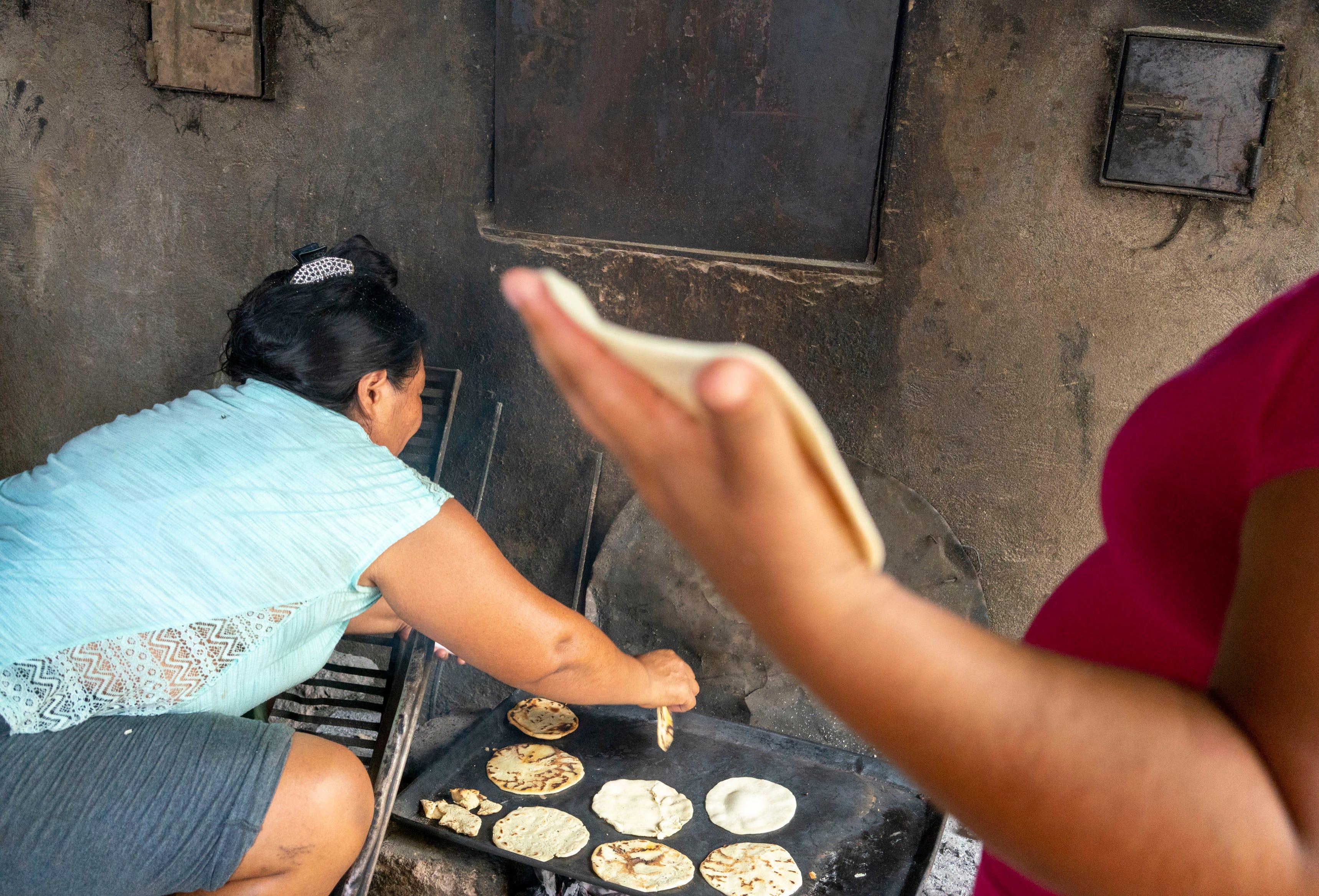 TAPACHULA, México –Migrantes centroamericanos hacen tortillas en el refugio Jesús El Buen pastor  en Tapachula, México, mientras esperan por una visa de tránsito para continuar su viaje al norte, hacia los Estados Unidos.