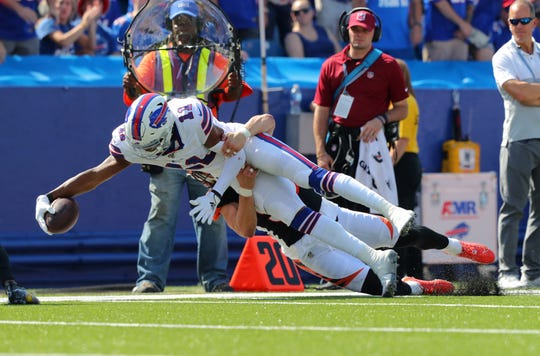 ORCHARD PARK, NY - SEPTEMBER 22:  Zay Jones #11 of the Buffalo Bills dives to make a first down as Nick Vigil #59 of the Cincinnati Bengals makes the tackle during the first half at New Era Field on September 22, 2019 in Orchard Park, New York.  (Photo by Timothy Ludwig/Getty Images)