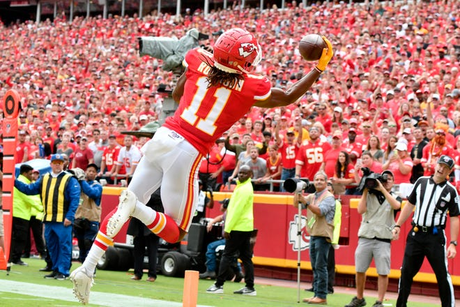 Chiefs receiver Demarcus Robinson (11) makes a one-handed touchdown catch during the first half on Sunday.
