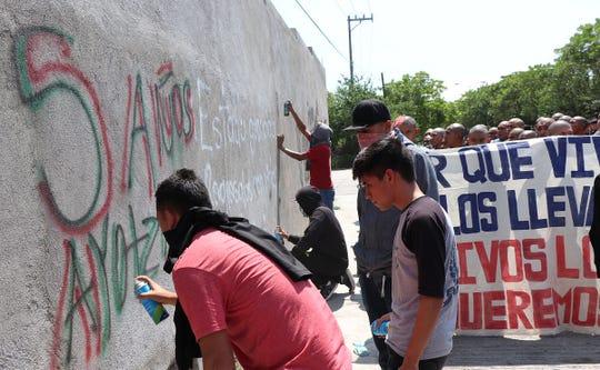 Padres de familia de los 43 jóvenes de la Escuela Normal Rural de Ayotzinapa desaparecidos en septiembre de 2014 y simpatizantes realizan este lunes un mitin en el Palacio de Justicia de Iguala (México).