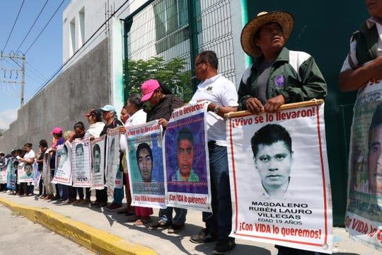 El objetivo de la protesta, que culminó en destrozos a las instalaciones, fue exigir que entreguen los videos que las cámaras de seguridad de ese lugar, en ese momento a cargo de la magistrada Lambertina Galeana Marín, captaron la noche de los hechos, el 26 de septiembre de 2014, y que supuestamente desaparecieron.
