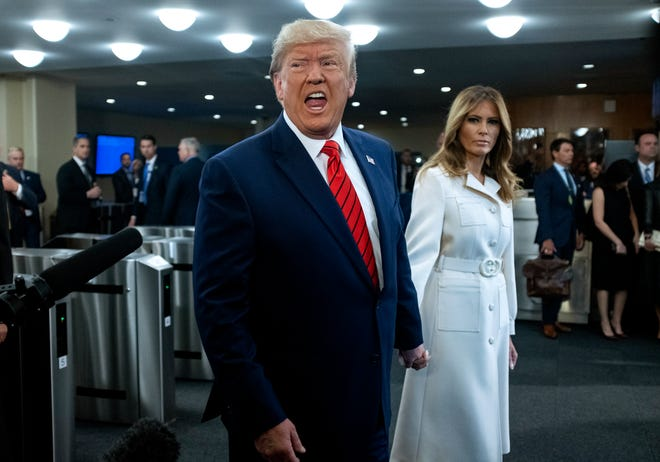 El presidente de EEUU Donald Trump de la mano con su esposa Melania.