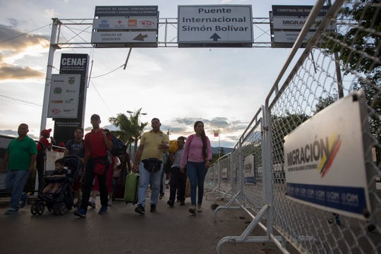 Venezuelan migrants cross the the Colombia-Venezuela border on September 13, 2019, near Cœcuta, Colombia.