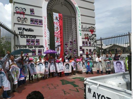 Padres y compañeros de los 43 desaparecidos de Ayotzinapa se trasladaron al punto conocido como El Parador del Marqués para bloquear la Autopista de Sol Cuernavaca-Acapulco.