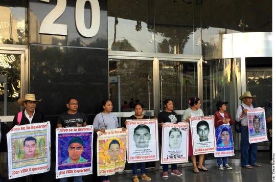 A un día de cumplirse cinco años de la desaparición de los normalistas de Ayotzinapa, sus padres y madres protestan enfrente de la Fiscalía General de la República (FGR).