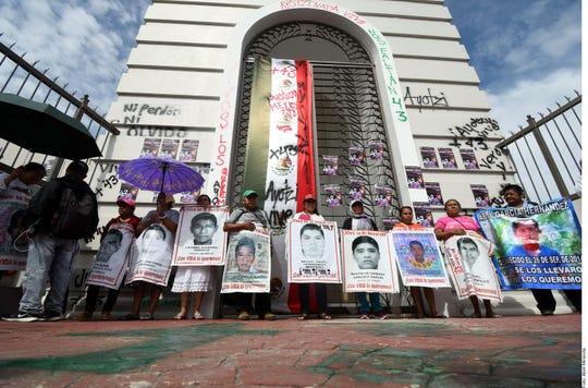 Padres y compañeros de los 43 desaparecidos de Ayotzinapa exigieron al Presidente del Poder Judicial de Guerrero, Alberto López Celis, que cumpla el compromiso que hizo hace un año de que les entregaría los videos de la noche del 26 de septiembre de 2014.