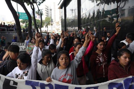 Padres y familiares de algunos de los 43 estudiantes de Ayotzinapa, así como estudiantes de la normal rural Isidro Burgos, encabezan un mitin este miércoles frente a la sede de la Fiscalía General de la República (FGR), en Ciudad de México (México). La desaparición de los 43 estudiantes de Ayotzinapa en México cumple un lustro con la versión oficial del Gobierno de Enrique Peña Nieto más desacreditada que nunca, tras la liberación de decenas de presuntos responsables, y el reto de empezar de nuevo y casi desde cero la búsqueda.