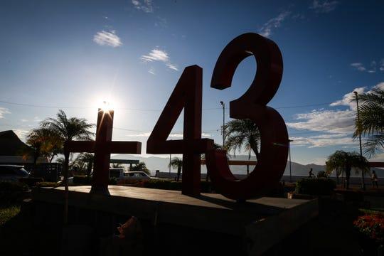 Vista de un monumento en conmemoración de los 43 estudiantes desaparecidos de Ayotzinapa, colocado este jueves en la principal avenida del puerto turístico de Acapulco, en el estado de Guerrero (México), en el marco de las conmemoraciones del quinto aniversario de su desaparición.