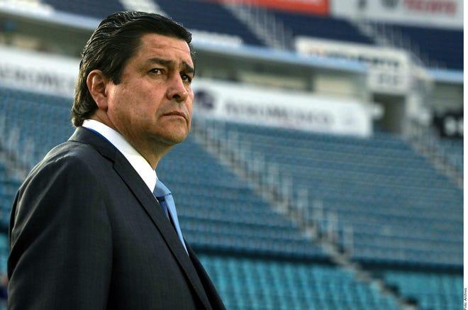 Luis Fernando Tena, DT de Chivas.