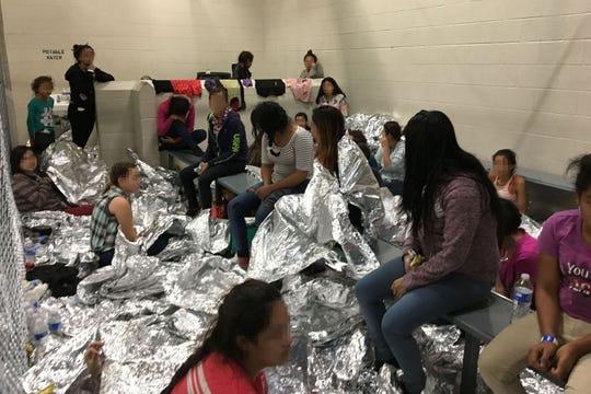 Niños bajo custodia de autoridades migratorias en un centro de McAllen, Texas.
