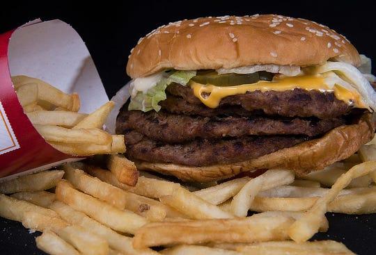 El pan y las papas fritas que se ofrecen en los restaurantes de comida rápida están prohibidos en la dieta keto.
