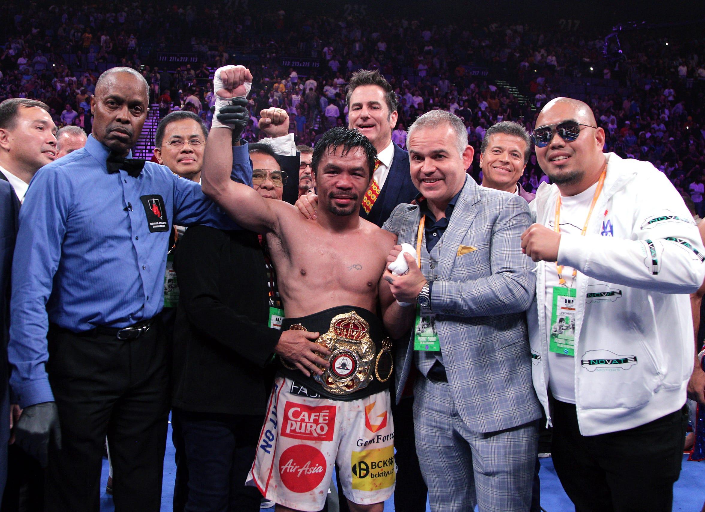 Manny Pacquiao celebra con su equipo la victoria ante Keith Thurman.