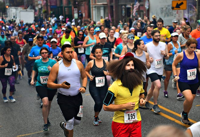 Runners compete in the White Rose Run in 2019.