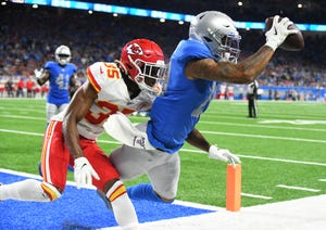Lions' Kenny Golladay hangs onto a touchdown reception in front of Chiefs' Charvarius Ward late in the fourth quarter on Sunday.