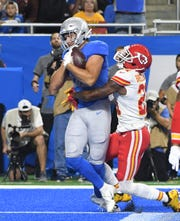 Lions tight end T.J. Hockenson brings in a touchdown reception in the first quarter. He left the game in the third quarter with an apparent injury.
