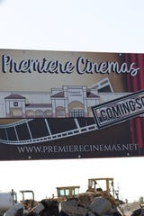 Funcionarios colocaron la primera piedra de un nuevo complejo Premiere Cinemas de 8 salas en Soledad el 28 de septiembre de 2019.