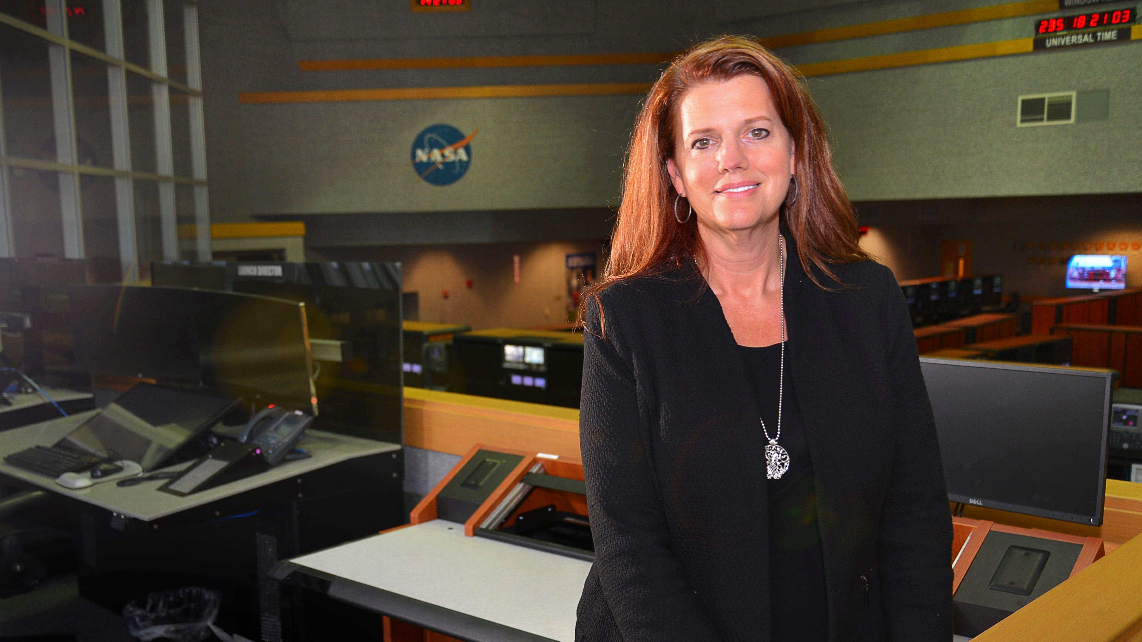 Charlie Blackwell-Thompson, director de publicaciones de Artemis, es la primera directora de publicaciones de la NASA en Shooting Room 1 en el Centro de Control Inicial.