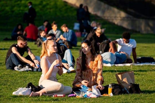 Gente disfruta del buen clima en un parque.Foto archivo.