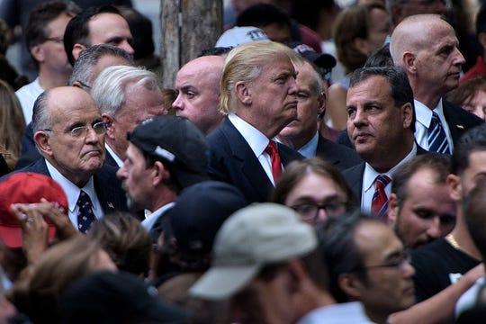 El presidente Donald Trump, rodeado por sus aliados.